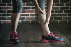 Ayez une crampe de jambe dans la formation d'exercice de forme physique, mode de vie sain Images libres de droits