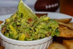 Ayez une morsure de guacamole frais Photos libres de droits