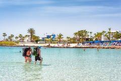 AYIA NAPA,塞浦路斯- 2018年4月07日:走在Nissi海滩的背包徒步旅行者 图库摄影