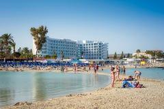 AYIA NAPA, CHIPRE - 21 DE ABRIL DE 2017: Gente que se relaja en la playa famosa de Nissi Imagen de archivo libre de regalías