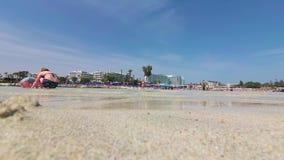 Ayia Napa, Chipre - 7 de abril de 2018: Turistas que se relajan en la playa de Nissi almacen de video