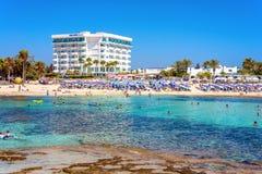 AYIA NAPA, CHIPRE - 18 DE AGOSTO DE 2016: Turistas no bea de Sandy Beach Imagem de Stock Royalty Free