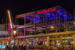 Ayia Napa, Chipre - 08 06 2018: Hard Rock Cafe en la noche Escena de la vida de noche de la ciudad de vacaciones fotografía de archivo