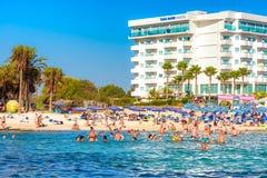AYIA NAPA, CHYPRE - 18 AOÛT 2016 : Vue de plage de Vathia Gonia Photographie stock libre de droits