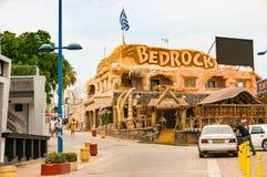 Ayia Napa, Cipro - 2 giugno 2018: sulla via di una stazione turistica Vista del caffè-ristorante popolare di BedRo?k con eccellen fotografia stock