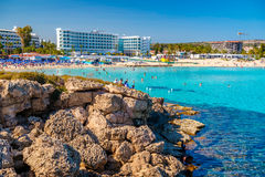 AYIA NAPA CYPR, Kwiecień, - 04, 2016: Słoneczny dzień przy Nissi plażą wewnątrz Obrazy Royalty Free