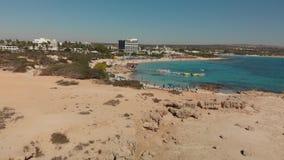 Ayia Napa Cypr, Listopad, - 1 2018 Wzrost na nad Makronissos plaża zbiory wideo