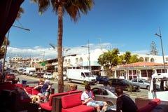 AYIA NAPA CYPR, MAJ, - 06, 2016: Ludzie przy na otwartym powietrzu kawiarnią Obrazy Royalty Free