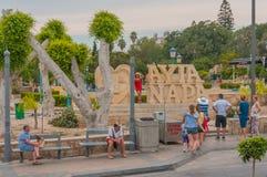 Ayia Napa, Cypr - 02 02 2018: turyści fotografują przy symbolem miasto Chmurny letni dzie? zdjęcia royalty free