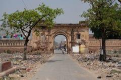 Ayodhya, Uttar Pradesh/India - 1 April, 2019: De ingang aan een nabijgelegen dorp heeft stapels aan beide kanten van afval van de royalty-vrije stock afbeelding