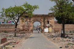 Ayodhya Uttar Pradesh/Indien - April 1, 2019: Ingången till en närliggande by har högar av avfall på antingen sida av vägen royaltyfri bild