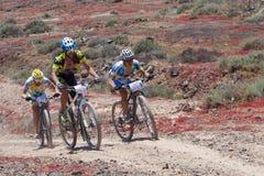Ayoze Grimon N106, Miguel Angel N 171, Guilelermo Rivero N180 en la acción en el maratón de la bici de montaña de la aventura Imagen de archivo libre de regalías