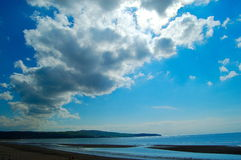 Ayr-Strandmeer und -wolken Stockfotografie