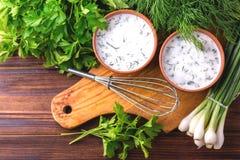 Ayran avec les herbes fraîches Boisson turque traditionnelle de yaourt Photo libre de droits