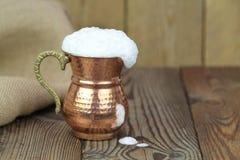 Ayran - traditionelles türkisches Jogurtgetränk in einer kupfernen Metallschale stockfotografie