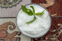Ayran traditionnel de boissons de turc avec les feuilles en bon état Photographie stock