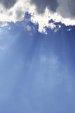 Ays der Sonne bricht durch die Wolken Lizenzfreie Stockfotos