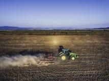 Aytosgebied, Bulgarije - September 05, 2016: De tractor van John Deere 6115R op het gebied Royalty-vrije Stock Afbeeldingen
