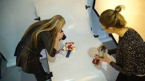 Ayuda creativa de las ideas del trabajo en equipo entre bastidores de la fotografía almacen de video