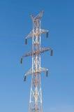 Ayuda de alto voltaje contra el cielo Imagenes de archivo