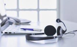 Ayuda de comunicación, centro de atención telefónica y puesto de informaciones del servicio de atención al cliente foto de archivo libre de regalías