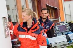 Ayuda de la ambulancia de la visita del doctor de la llamada de casa de la emergencia Fotos de archivo libres de regalías