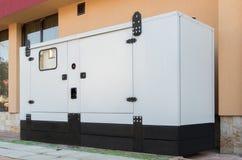 Ayuda de la casa del generador para la energía eléctrica de la emergencia foto de archivo