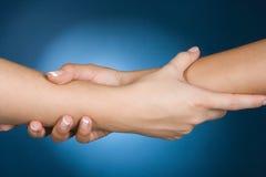 Ayuda de la demostración de las manos Foto de archivo