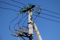 Ayuda de la línea eléctrica con los aisladores y el desenganche linear Foto de archivo libre de regalías