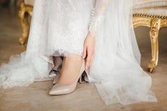 Ayuda de la novia foto de archivo libre de regalías