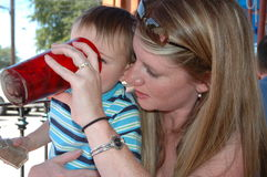 Ayuda de las mamas Fotografía de archivo libre de regalías