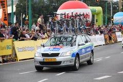 Ayuda de las personas de la raza de bicicleta foto de archivo