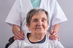Ayuda de los ancianos Foto de archivo libre de regalías