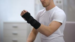Ayuda de muñeca del titán del deportista, inflamación o esguince de fijación, ortopedia almacen de metraje de vídeo