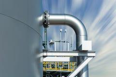 Ayuda de tubo para el tanque de agua con el fondo del cielo de la falta de definición Foto de archivo