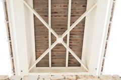 Ayuda de un puente de madera y de un metal foto de archivo