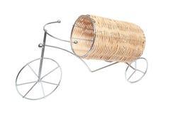 Ayuda debajo de una botella con el vino bajo la forma de bicicleta Imágenes de archivo libres de regalías
