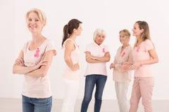 Ayuda del ` s del amigo en cáncer de pecho imagen de archivo