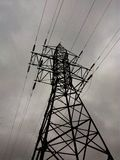 Ayuda eléctrica de las líneas eléctricas imágenes de archivo libres de regalías
