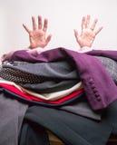 Ayuda - enterrada bajo pila de la limpieza en seco Fotografía de archivo libre de regalías