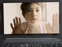 Ayuda enviciada ordenador de la necesidad del muchacho del adolescente Fotos de archivo libres de regalías