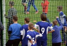 Ayuda joven del fútbol su equipo imagen de archivo