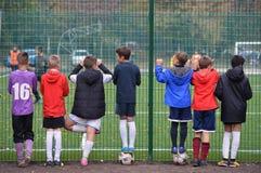 Ayuda joven del fútbol su equipo imagen de archivo libre de regalías