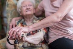 Ayuda a los ancianos Fotografía de archivo libre de regalías