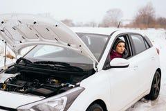 Ayuda o ayuda que espera - avería de la mujer para del coche del invierno fotos de archivo libres de regalías