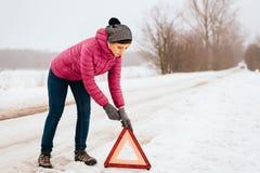 Ayuda o ayuda que espera - avería de la mujer para del coche del invierno foto de archivo libre de regalías