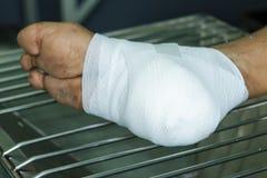 Ayuda para la herida en el tobillo Fotos de archivo