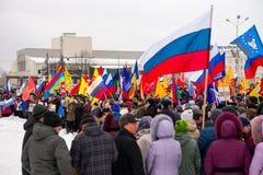 Ayuda rusa Crimea de la gente en Petrozavodsk el 16 de marzo de 2014 Fotografía de archivo