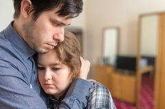 Ayuda triste de las necesidades de la mujer de su marido Dificultades de la relación imagen de archivo libre de regalías