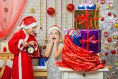 Ayudante alegre de Santa Claus que espera el Año Nuevo Foto de archivo libre de regalías